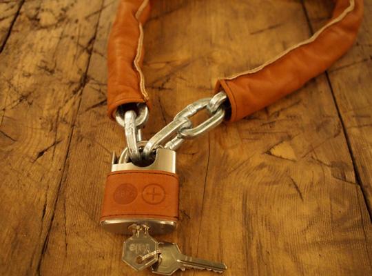 本牛革や高級家具木材を用いた自転車アクセサリ登場